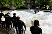 Munich: Watching surfers at the Eisbach river